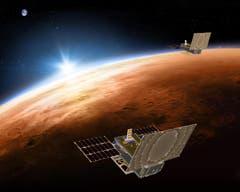 Zusätzlich verfolgen zwei Kleinsatelliten von der Grösse einer Aktentasche den Abstieg der Sonde. Diese Mars Cube One («MarCO»), die mit «InSight» gestartet sind und danach abgekoppelt wurden, dienen der Kommunikation zwischen der Marssonde und dem Marserkundungssatelliten einer früheren Mission aufrechterhalten. Bei optimalem Verlauf könnten sie auch das erste Bild weiterleiten, das die gelandete Sonde aufgenommen hat. (Illustration: PD/NASA/JPL)