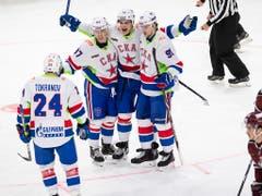Nikolai Prochorkin von St. Petersburg (in der Mitte) feiert seinen Treffer zum 1:0. (Bild: KEYSTONE/ENNIO LEANZA)