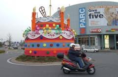 Das waren noch Zeiten: Geburtstagstorte zum 5-Jahr-Jubiläum des MParcs Ebikon. (Archivbild LZ (12. April 2002)