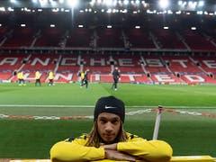Kevin Mbabu posiert im Old-Trafford-Stadion - 3000 YB-Fans werden ihre Mannschaft am Dienstagabend in Manchester unterstützen (Bild: KEYSTONE/GEORGIOS KEFALAS)