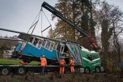 Die Wagen der Sonnenbergbahn werden für eine Revision nach Thun abtransportiert. Dafür werden die beiden Bähnli an der Mittelstation mit einem Kran angehoben und auf einen LKW verfrachtetet. (Boris Bürgisser, Kriens, 27. November 2018)