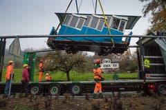 Die Wagen der Sonnenbergbahn werden für eine Revision nach Thun abtransportiert. Dafür werden die beiden Bähnli an der Mittelstation mit einem Kran angehoben und auf einen LKW verfrachtetet. Fotografiert am 27. November 2018. (Boris Bürgisser, Kriens, 27. November 2018)