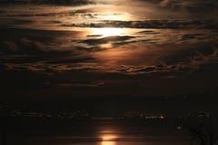 Mondaufgang über dem Bodensee. (Bild: Christoph Wüst)