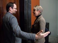 Grünen-Fraktionschef Balthasar Glättli begrüsst FDP-Bundesratskandidatin Karin Keller-Sutter. (Bild: Keystone/ANTHONY ANEX)