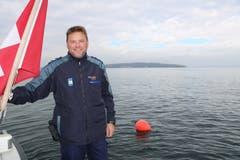 Eine rote Boje markiert den Freiwasserabstieg zur Jura. Auch Marcel Kuhn, Dienstchef der Seepolizei Thurgau, taucht mit seinem Team bei Übungen und Einsätzen an diesem Ort ab. (Bild: Julia Hanauer)