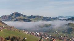 Aufziehender Nebel über Urnäsch. (Bild: Hans-Jörg Stalder)