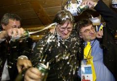 Arno Del Curto (Mitte) wird nach der erfolgreichen Titelverteidigung 2001 des Spengler Cups nach dem 4:3 Sieg gegen Team Canada in der HC Davos Kabine mit Bier übergossen. (Jürgen Staiger/Keystone, Davos, 31. Dezember 2001)