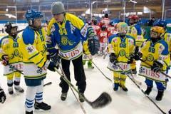 Del Curto mit Kindern am 82. Spengler Cup vor gut zehn Jahren. (Bild: Salvatore Di Nolfi/Keystone, Davos, 28. Dezember 2008)