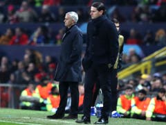 Jung-Trainer Gerardo Seoane neben Start-Trainer José Mourinho im Old-Trafford-Stadion (Bild: KEYSTONE/AP/JON SUPER)