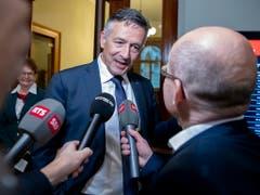 FDP-Bundesratskandidat Hans Wicki beantwortet zwischen den Hearings Journalistenfragen. (Bild: Keystone/ANTHONY ANEX)