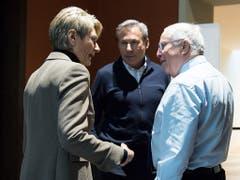 Bundesratskandidatin Karin Keller-Sutter (FDP) im Gespräch mit dem Berner SVP-Nationalrat Adrian Amstutz (Mitte) und Alt-Bundesrat Christoph Blocher. (Bild: Keystone/PETER SCHNEIDER)