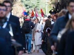 Marina Carobbio (Mitte) mischt sich am Mittwoch bei der Feier in Bellinzona unters Volk. (Bild: Keystone/TI-PRESS/ALESSANDRO CRINARI)