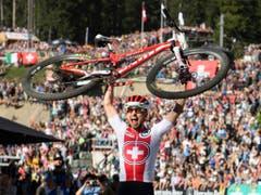 Über ein Jahrzehnt lang prägt Nino Schurter den Mountainbike-Sport nun schon. An der Heim-WM in Lenzerheide kürte sich der 32-jährige Bündner vor über 24'000 begeisterten Zuschauern bereits zum siebten Mal zum Weltmeister. Reicht es dieses Mal zum Sieg an den Sports Awards? (Bild: KEYSTONE/GIAN EHRENZELLER)