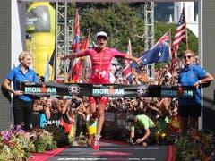 Daniela Ryf schaut erneut auf eine überragende Saison zurück. Die Schweizer Sportlerin des Jahres 2015 dominierte die Triathlon-Konkurrenz in der Mittel- und Langdistanz praktisch nach Belieben. Im Oktober gewann die 31-jährige Solothurnerin zum vierten Mal in Folge die Ironman-WM auf Hawaii. (Bild: KEYSTONE/EPA/BRUCE OMORI)