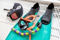 Die Ausrüstung: Schwimmflossen, Taucherbrille, Schnorchel und Badekappe. (Bild: Philipp Schmidli (Luzern, 3. November 2018))