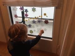 Kind hilft beim Dekorieren. (Bild: Sonja Aeschbacher (Sursee, 26. November 2018))