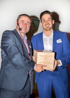TZ-Chefredaktor David Angst übergibt den Preis Thurgauer des Jahres an Christian Lang, den Bruder von Profi-Fussballer Michael Lang.