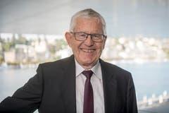 FDP-Politiker Kaspar Villiger ist der letzte noch lebende Zentralschweizer Bundesrat, in den er nach einer Karriere im National- und Ständerat im Jahr 1989 gewählt wurde. Auf diesem Bild posiert der heute 77-Jährige am jährlichen Treffen der Alt-Bundesräte während dem Lucerne Festival im KKL. Villiger stammt aus dem luzernischen Pfeffikon und wohnt heute in Zug. Nach seiner Zeit in der Landesregierung, aus der er 2003 ausschied, präsidierte er unter anderem den Verwaltungsrat der Grossbank UBS. (Bild: Urs Flüeler, Keystone, Luzern, 22. August 2018)