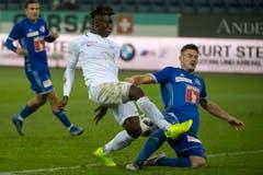 Luzerns Stefan Kenezevic, rechts, im Kampf um den Ball gegen Zürichs Stephan Odey. (Bild: Marcel Bieri/Keystone (Luzern, 4. November 2018))