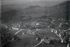 Eine Aufnahme von Flugpionier Walter Mittelholzer von 1924 zeigt das Riethüsli von der anderen Seite als die vorangehende Ansichtskarte: Links ist der Ausläufer des Berneggwaldes zu sehen. Rechts im Vordergrund thront der «Scheffelstein», dahinter liegt an der Teufener Strasse der Nestweier. Am Abhang liegt die Gärtnerei Wartmann. Oberhofstetten ist noch grün.