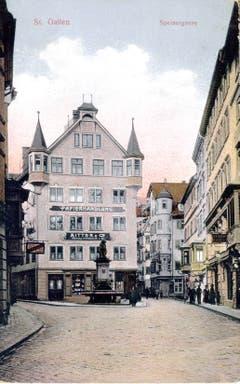 Die Verzweigung Spiser- und Turmgasse um 1920. Der Spisergass-Platz vor dem Haus Nummer 12 heisst heute Aepliplatz und der alte Brunnen mit dem Stadtbären wurde auch schon lange ersetzt. Das Haus mit den charakteristischen Türmchen hiess einst «Zum Freieck». Es wurde 1905 zur Papierhandlung umgebaut.
