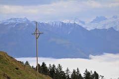 Über dem Sarnersee, der unter der Nebeldecke liegt. (Bild: Irene Wanner, (Sarnen, 4. November 2018)