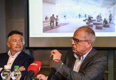 Hans Wicki (links), Verwaltungsratspräsident der Titlis-Bergbahnen und Architekt Pierre de Meurron stellen das Projekt Titlis 3020 an der Pressekonferenz vor. (Bild: Nadia Schärli (Titlis, 5. November 2018))