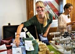 Die Nidwaldnerin Patricia Widmer bietet schönen Säcklein mit heilsamem und duftendem Inhalt an. (Bild: Romano Cuonz (Ennetbürgen, 4. November 2018))