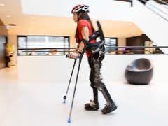 Dank des Exoskeletts Twiice One kann Handbike-Athletin Silke Pan ihren Rollstuhl auch einmal stehen lassen. (Bild: KEYSTONE/SALVATORE DI NOLFI)