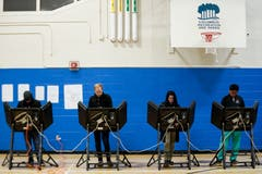 Wähler bei der Stimmabgabe im Wahllokal beim Tuttle Park Recreation Center in Columbus, Ohio. (Bild: JOhn Minchillo/AP (Columbus, 6. November 2018))