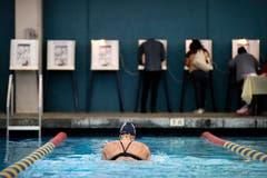 Wahllokal der besonderen Art: Sarah Salem (34, Mitte) schwimmt im Echo Deep Pool, während Wähler ihre Stimme abgeben. (Bild: Jae C. Hong/AP (Los Angeles, 6. November 2018))