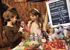 Die jüngsten Verkäuferinnen: Chiara aus Oberdorf und Anja aus Beckenried mit ihren selber gebastelten Lavendelsäcklein. (Bild: Romano Cuonz (Ennetbürgen, 4. November 2018))