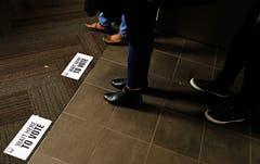 Wähler beim Warten für die Stimmabgabe. (Bild: David Goldman/AP (Atlanta, 6. November 2018))