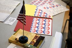 Eine US-Flagge, eine Bibel und Bögen mit «I Voted»-Stickern auf dem Tisch eines Wahllokals in Philadelphia. (Bild: Bastiaan Slabbers/EPA (Philadelphia, 6. November 2018))