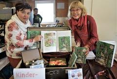 Ein kleiner Hit ist das Buch vom Steinzwerg Goldi von den Autorinnen Daniela Gröbli (links) und Renata Stäheli. (Bild: Romano Cuonz (Ennetbürgen, 4. November 2018))