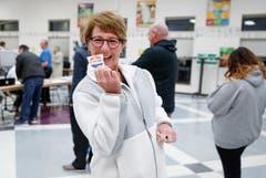Eine Wählerin nach der Stimmabgabe im Wahllokal in der Riley Elementary School in Arlington Heights, Illinois. (Bild: Kamil Kraczynski/EPA, 6. November 2018))