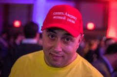 Jonny Madison aus Virginia hat auf seinem Hut «Make America Great Again» auf Russisch stehen. (Bild: EPA/Erik S. Lesser, Washington DC, 6. November 2018)