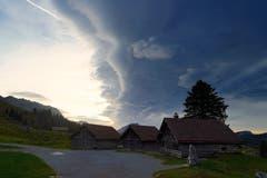 Föhngrenze über den drei Hütten beim Schwingetplatz auf der Schwägalp. (Bild: Thomas Ammann)