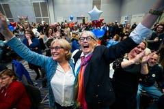Unterstützer der lesbischen Sharice Davids freuen sich, denn: Wie es aussieht wird die junge Demokratin die Wahl in den Kongress schaffen. (Bild: EPA/Jim Lo Scalzo, Kansas, 6 November 2018)