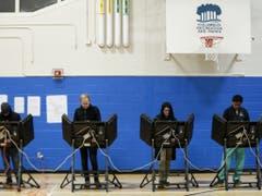 Betrieb an den Wahlstationen: Bei den Zwischenwahlen zeichnet sich eine relativ hohe Wahlbeteiligung ab (Bild: Keystone/AP/JOHN MINCHILLO)
