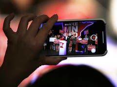 Party bei den Republikanern - mit dem Handy festgehalten (Bild: Keystone/AP/ANDY CLAYTON-KING)