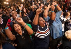 Anhänger der Demokratin Stacey Abrams jubeln über derer Resultat. (Bild: AP/John Amis, Atlanta, 6. November 2018)