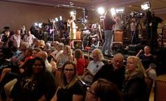 Die US-Amerikanischen Journalisten arbeiten schon seit Stunden auf Hochtouren. (Bild: EPA/John Gurzinski, Las Vegas, 6. November 2018)