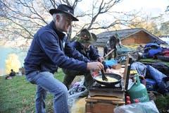 Es gibt auch Schützen und Gäste, die das Essen selber zubereiten.