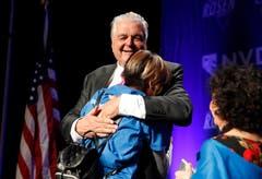 Der Demokrat Steve Sisolak herzt eine Unterstützerin an der Wahlfeier am Mittwoch. (Bild: AP/John Locher, Las Vegas, 7. November 2018)