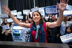 Sharice Davids ist die erste indigene Frau überhaupt, die in den Kongress gewählt wurde. (Bild: EPA/Jim Scalzo, Olathe, 6. November 2018)