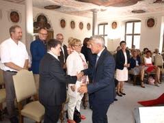 Albert Müller gratuliert im Rahmen einer Vereidigung allen persönlich. (Bild Kurt Liembd, Stans, 17. August 2017)