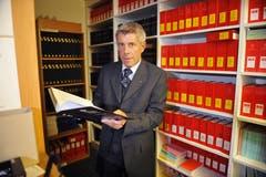 Albert Müller in der Bibliothek des Obergerichts. (Bild: Corinne Glanzmann, Stans, 15. Dezember 2010)