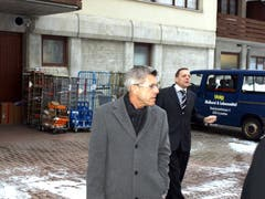Wegen einer Lärmklage gegen den Volg-Laden nimmt Obergerichtspräsident Albert Müller zusammen mit Rechtsanwälten einen Augenschein vor Ort. (Bild: Kurt Liembd, Emmetten, 29. Januar 2009)
