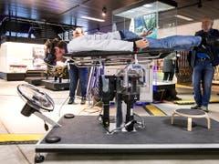 Skeletonfahrer und dreifacher Weltmeister Gregor Stähli testet den Skeleton-Simulator an der Eröffnung der Bob-Tage im Verkehrshaus in Luzern. (Bild: Alexandra Wey / Keystone (Luzern, 8. November 2018))